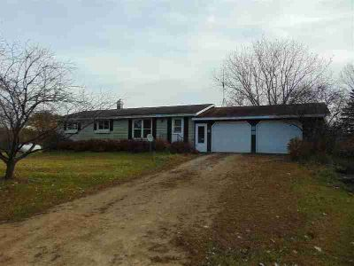 E9560 HOFFMAN Road New London, Ranch home on an acre with an