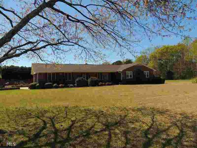 1600 Melody Ln Elberton Three BR, Well maintained brick beauty on