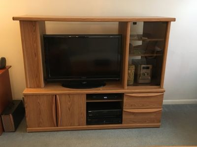 TV STAND / ENTERTAINMENT CENTER; Low and Wide
