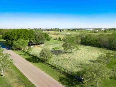 10227 Chmelik Road Needville, This beautiful 1.73 acre tract