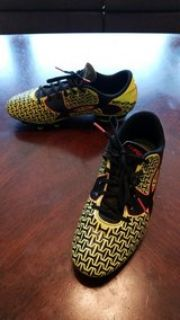 Boys Under Armour Soccer Cleats Size 5 1/2