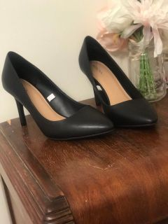 NWOT Women s Black Classic closed toed Heels