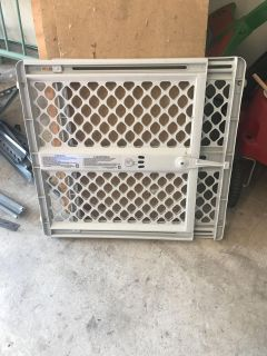 Childproof/pet proof telescoping and locking gate