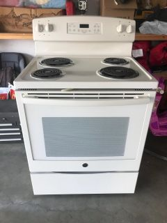 White stove. In excellent condition
