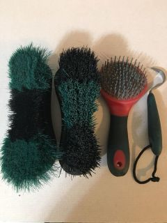 LOT OF 4 HORSE GROOMING ITEMS