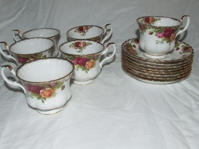 6 Beautiful Royal Albert Old Country Roses cup and saucers 2 extra saucers