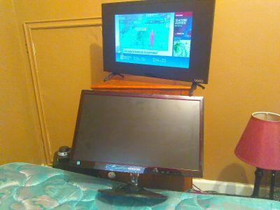 Two 1080 hf tv / pc 28 n 24 inch samsung is 24 vizio is smart and 28