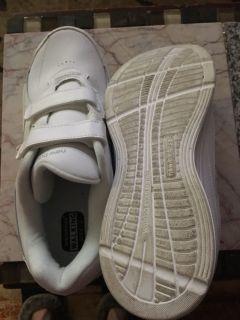 Men s good walking shoes, new balance, size 10, like new