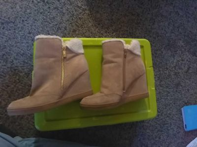 Size 8.5 Unisa boots