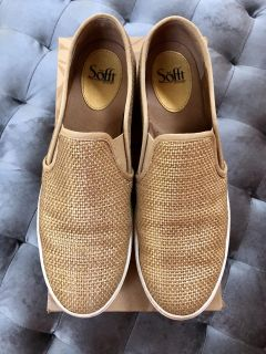 Size 11 women s Sofft Gold Somers sneaker