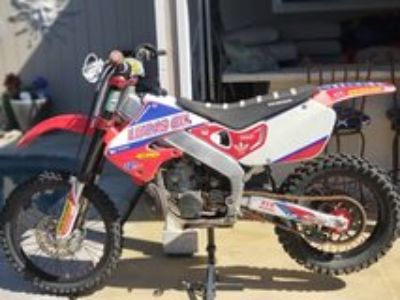 ONLY $3300 OBO CR250R HONDA DIRTBIKE EXTRAS & GREEN STICKER MUST SEE (fresno)
