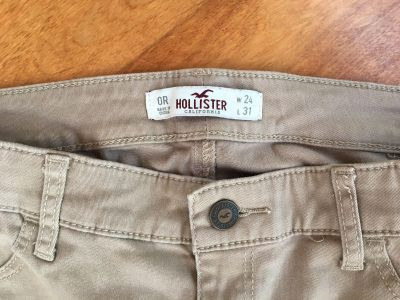 Girls skinny Hollister khaki pants. Great for everyday or uniform in size 0. 24/31