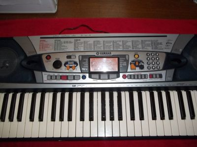 YAMAHA PSR280 KEYBOARD (pic. he sings bass and she sings tenor)