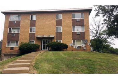 1 bedroom - Golfview Apartments community in Peoria. Parking Available!