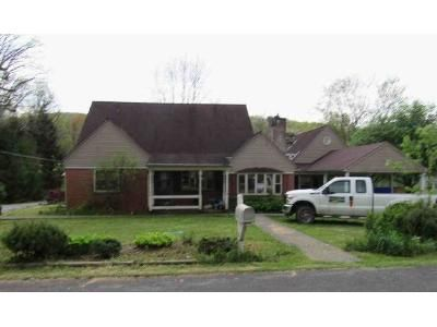 4 Bed 2 Bath Foreclosure Property in Rainelle, WV 25962 - Sewell Street S