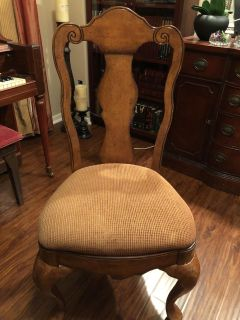 2 living room chairs. Can also be use for dining room table