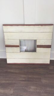 Barnwood frame. Holds an 8 by 10 pic. Can be hung vertically or horizontally.