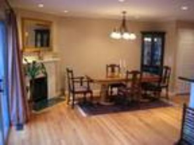 Lux Three BR twnhse*Walk to train,shops*38 min. to NYC