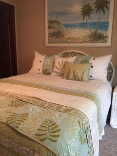 Pretty White Wicker Queen Bedroom Set. Excellent condition, drawers roll out nicely.