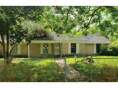 1 Bath Preforeclosure Property in Sweeny, TX 77480 - E 2nd St