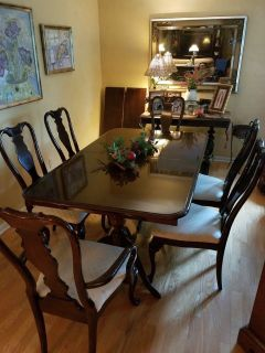 Queen Anne Dining Room Set w/ 6 chairs and 2 leaves. Excellent condition.