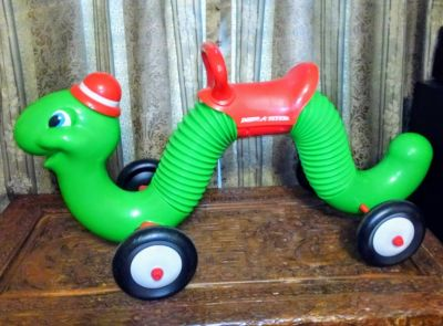 Inchworm ride-on toy
