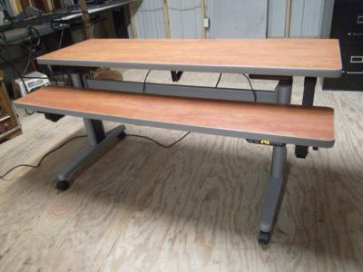 5 FOOT BROWN ERGO ELECTRIC SPLIT LEVEL SIT  STAND DESK ON CASTERS