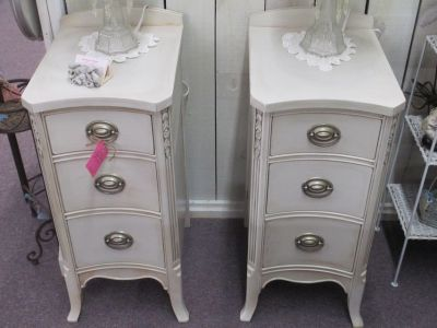 A Pare Of Pretty Vintage Night Stands