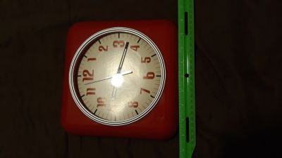 Red analog clock takes 1 AA battery (works)
