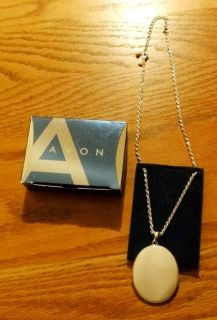 Avon Mother of Pearl Medallion Necklace 2008 16 3 extender