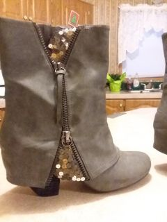 Like New NOT RATED womans gray boots size 10