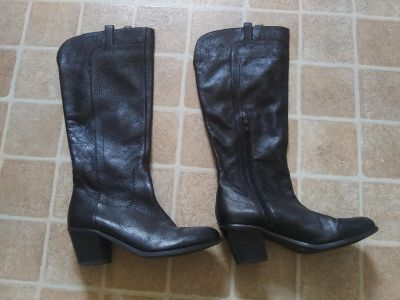 Ladies size 9 tall black leather boots. Vguc