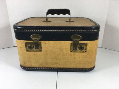 Vintage Travel Train Case With Mirror And 2 Keys