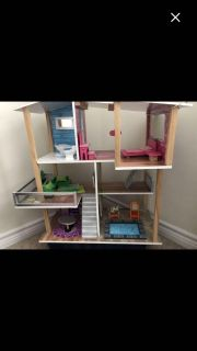 Doll house with 8 Disney Princesses