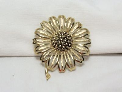 Vintage Signed Sarah Coventry DAISY MAE Sun Flower Gold Tone Brooch Lapel Pin