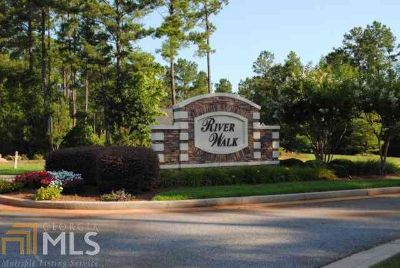 127 Rivers Edge Dr Forsyth, This 1+ acre waterfront building