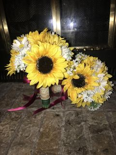 Sunflower and daisy bridesmaid bouquets