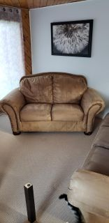 Guc couch and love seat. 100$ located in Southampton.