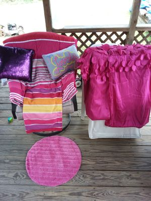 7pc. Twin bedding room set. 1 comforter 1 pillow case 2 pillows 2 curtain panels 1 rug all like new excellent condition $40