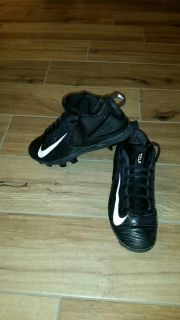 Nike football cleats size 6Y. Excellent condition!
