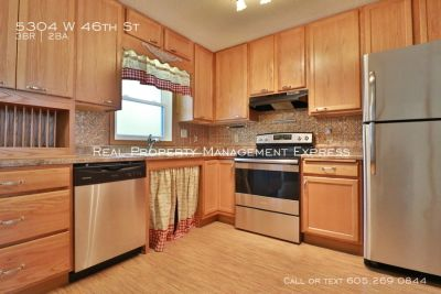 Perfect 3 Bedroom home with 2 stall garage & fenced yard in an great neighborhood!