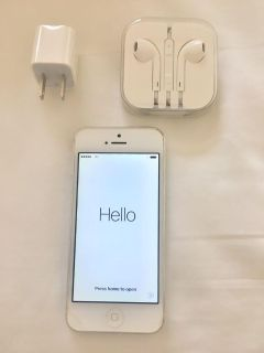 iPhone 5S - 32GB - White + headphones + wall plug charger base