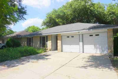 326 Knoll Forest Drive LEAGUE CITY Three BR, large corner lot