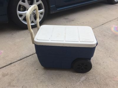 GUC - Coleman cooler with wheels