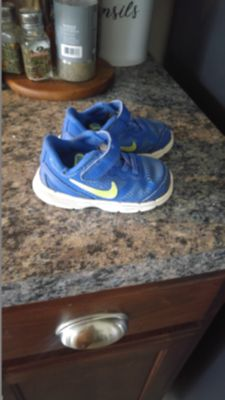Toddler Nikes size 6c