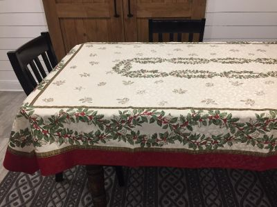 Large, Excellent Condition Linen Christmas Table Cloth With 8 Napkins