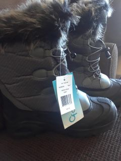 Women snow boots size 7