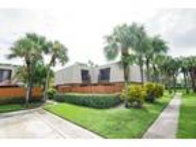 Beautiful 2/2.5 Town home w/Private Courtyard in Sandalwood Lakes