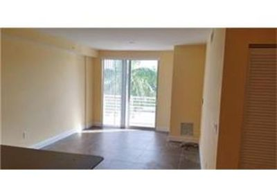 This rental is a Hollywood apartment Polk.