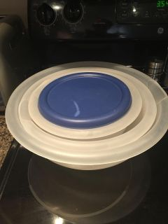 4 Tupperware bowls with lids